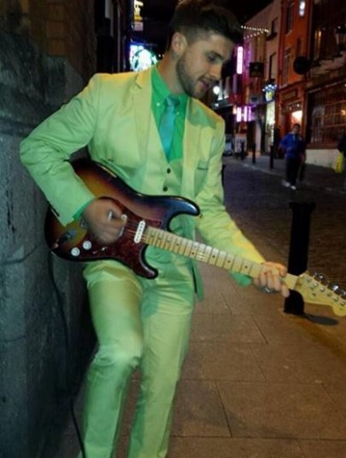 Shane Long busked in Temple Bar last night, wearing a lime green suit
